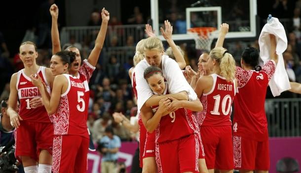 Женская сборная России по баскетболу празднует успех после матча 1/4 финала Олимпийского турнира против сборной Турции