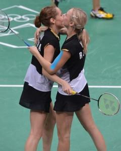 Нина Вислова (справа) и Валерия Сорокина (слева) празднуют победу над канадской парой в матче за бронзу Олимпийских Игр-2012