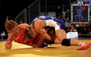Замира Рахманова (в красном) в поединке чм-2012 по женской борьбе в Эдмонтоне, категория до 51 кг