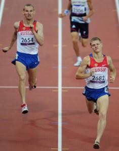 Финиш Евгения Швецова и Артема Арефьева на дистанции 800 м (T36)