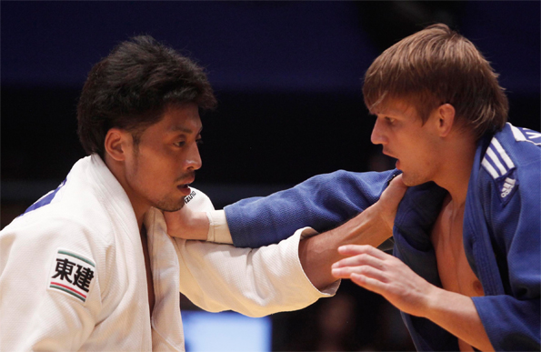 Россиянин Мурат Хабачиров (в синем) против Кейты Нагашимы (Япония)