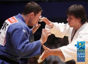 Россиянин Александр Михайлин (в синем) и Рю Шичиноэ (Япония) в финале командного Чемпионата мира 2012 по дзюдо