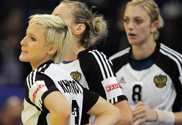 На переднем плане разыгрывающая сборной России Татьяна Хмырова, Дания-Россия, матч за 5е место, Евро-2012, Сербия